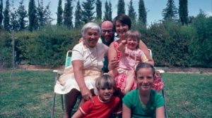 המשפחה שלי עם סבתא כנראה ב1977